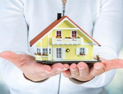 יועץ משכנתאות מומלץ מחזיק דגם של בית