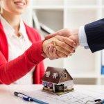 יועץ משכנתא לוחץ את ידה של לקוחה שרוצה לקנות בית