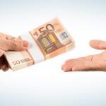 אדם נותן כסף לאדם אחר לקניית בית