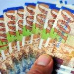 יד מושיטה כסף בעקבות מחזור משכנתא
