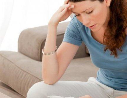 אישה יושבת לחשב גרירת משכנתא