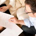 יועץ מציע סוגי משכנתאות ללקוחות