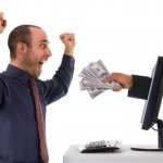 אדם מקבל כסף בזכות חסכון במשכנתא
