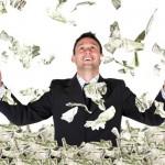 גבר יושב בהרמת דולרים - מימון של 90% משכנתא