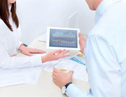 אנשי עסקים מראים אחד לשני נתונים לגבי משכנתא