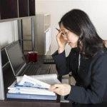 אשה בודקת אופציה של הלוואת גישור