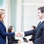 גבר ואישה לוחצים ידיים על סגירת עסקת משכנתא
