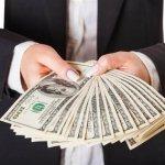 גבר מחזיק את ה85% מימון משכנתא שקיבל