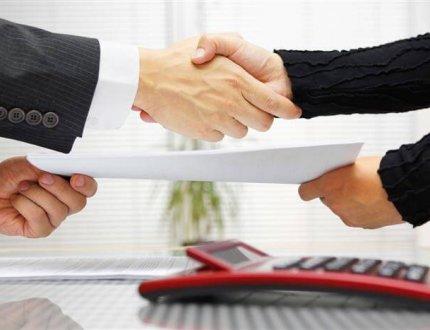 שני אנשים עסקים לוחצים ידים לסגירת עסקה