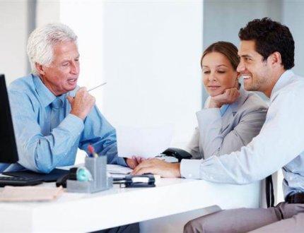 זוג חותמים על ביטוח משכנתא בבנק