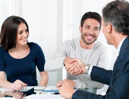 זוג צעירים חותמים על משכנתא, האם כדאי להם?