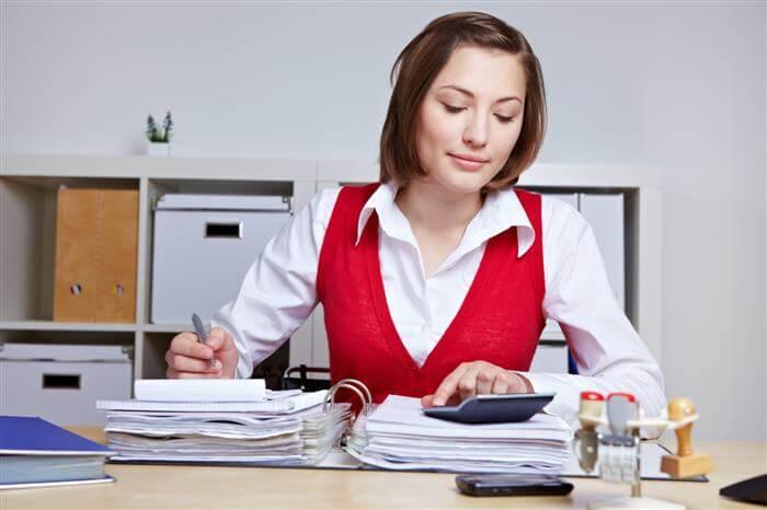 בחורה שבודקת משכנתא, עובדת בחברה לייעוץ משכנתא