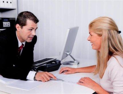 יועץ משכנתא מסביר ללקוחתו את כללי הבטיחות בלקיחת משכנתא