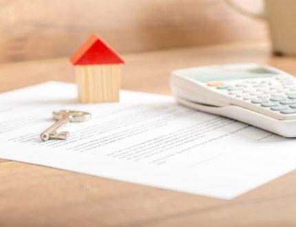 דגם של בית, מחשבון ומסמכים לקבלת משכנתא