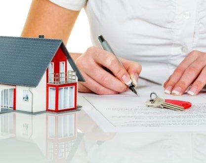 אשה חותמת על הסכם משכנתא