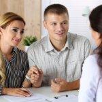 זוג שרוצה לקבל סיוע ברכישת דירה בפגישה עם נציגת משרד השיכון