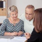 זוג קשישים בפגישה לגבי סיוע למשכנתא