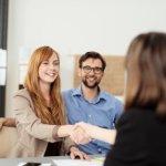 זוג עולים בפגישה לגבי קבלת סיוע למשכנתא