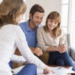 זוג עולים ידועים בציבור בפגישה לגבי קבלת סיוע למשכנתא