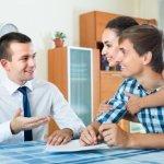 זוג צעיר בפגישה עם יועץ משכנתא