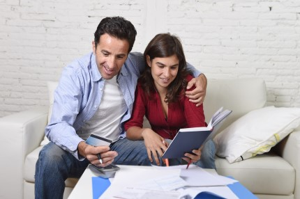 זוג מקבל ייעוץ לגבי משכנתא מוזלת