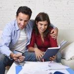 זוג שבודק את התנאים למשכנתא שהם רוצים לקחת
