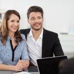 זוג יושב בפגישה עם יועצת משכנתא