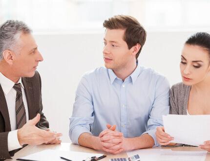 זוג שרוצה לעשות שינויים במשכנתא יושב עם יועץ