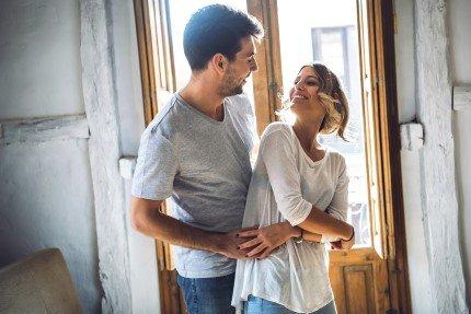 זוג שזכו בהגרלה של מחיר למשתכן