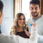 זוג צעיר מקבל מפתחות דירה במסגרת מחיר למשתכן