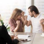 זוג צעיר מביע את שמחתו על דירה במחיר למשתכן
