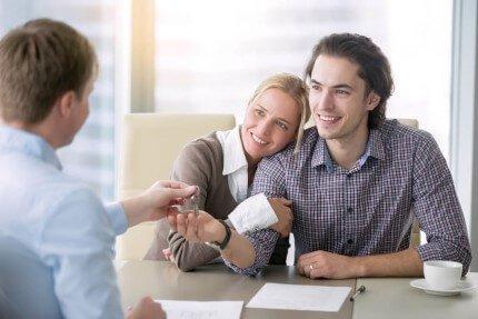 זוג צעיר מקבל מפתח במסגרת מחיר למשתכן