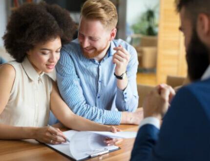 זוג צעיר בפגישה במסגרת פרויקט מחיר למשתכן באר שבע