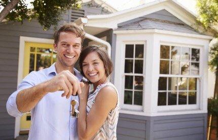 זוג מקבל מפתח לדירה במסגרת סדרה א' במחיר למשתכן